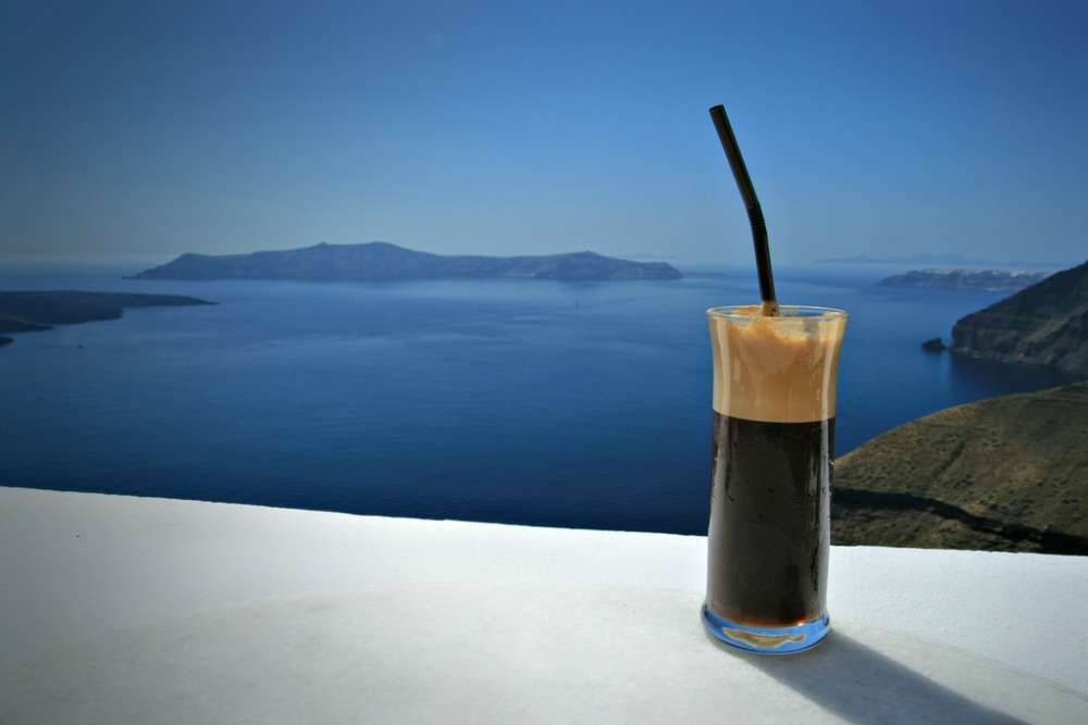 greek-frappe-by-the-sea-of-Santorini